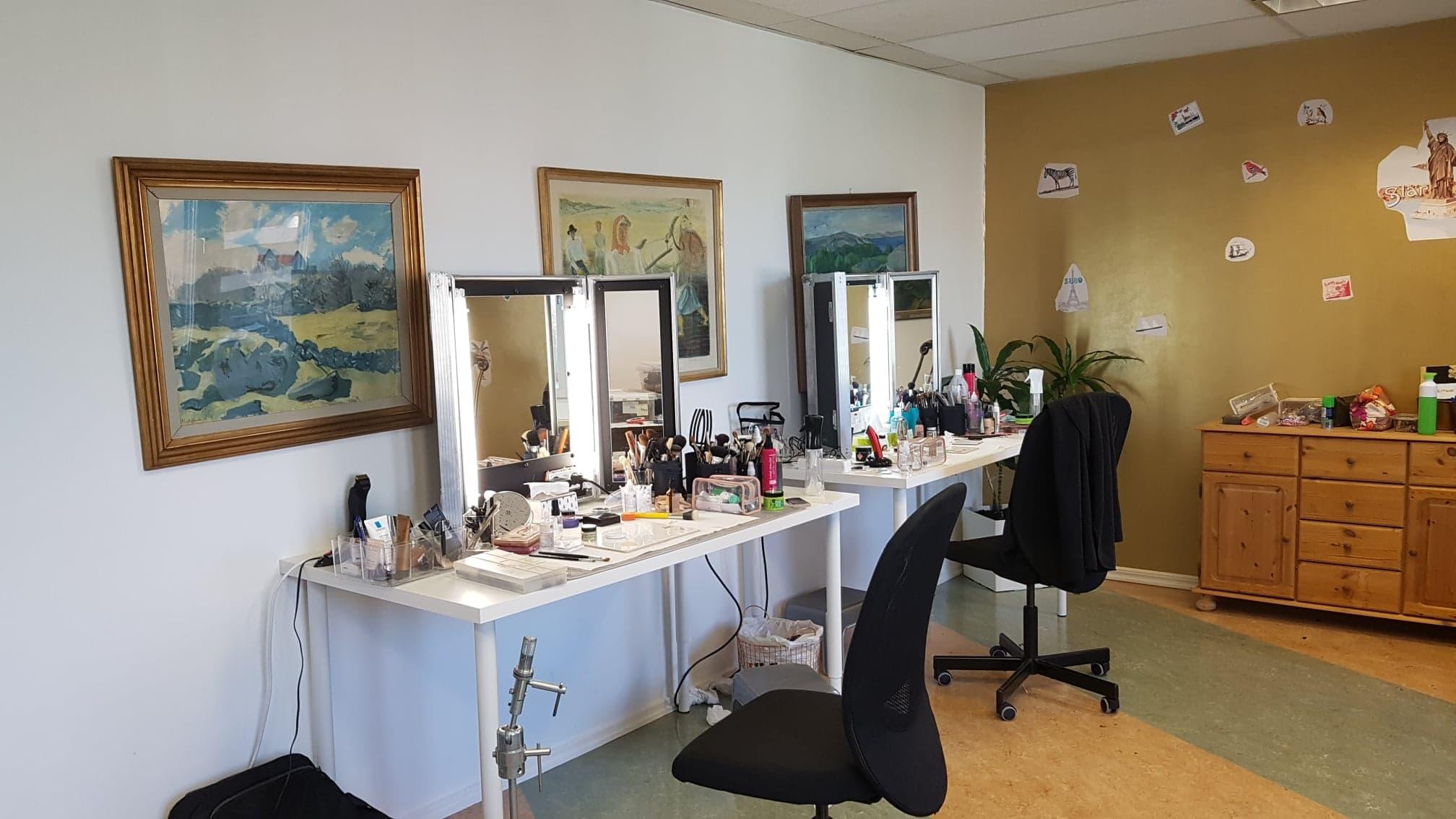 Bild på rum omgjort till sminkrum under inspelning av Den norska storfilmen Den största förbrytelsen